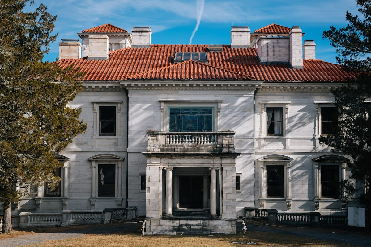 Swannanoa Palace - Haunted places in Virginia